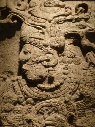 しかし、この王の後、ティカルは再びカラクムルに侵攻し、カラクムルを破るとともに、カラクムルの従属